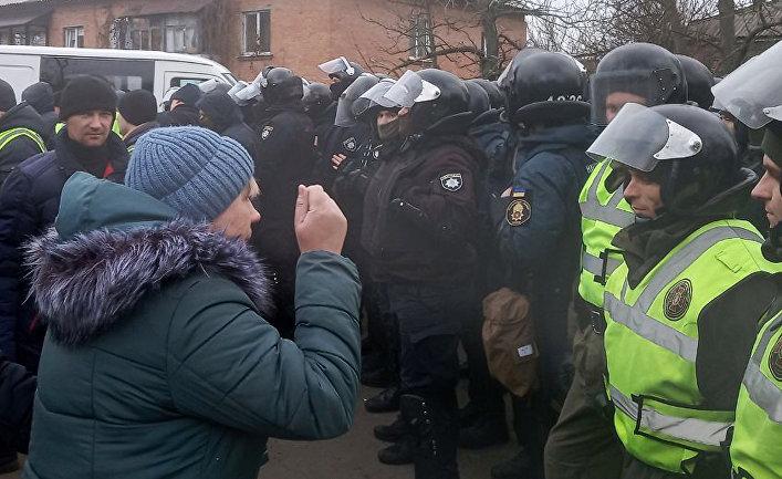 Местные жители протестуют у местной больницы в поселке Новые Санжары