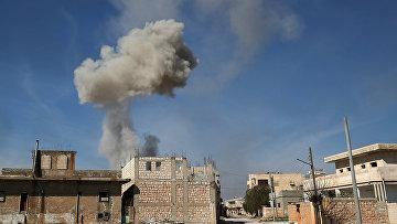 Дым над городом Саракиб в провинции Идлиб, Сирия
