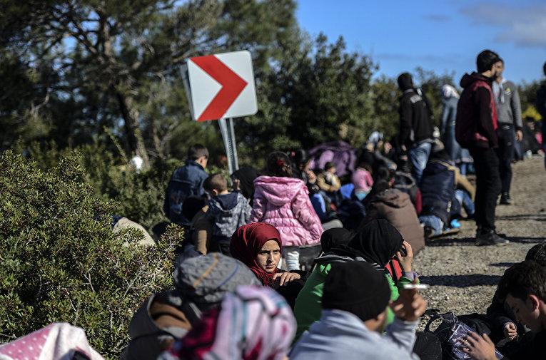Сирийские беженцы пытаются добраться до греческого острова Лесбос через территорию Турции