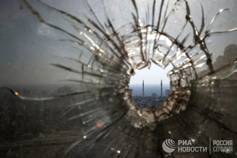 Пулевое отверстие в окне