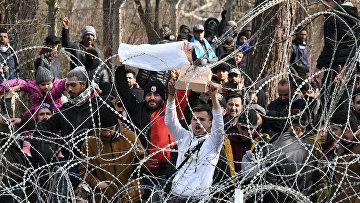 Мигранты на границе с грецией у турецкого пограничного пункта Пазаркуле