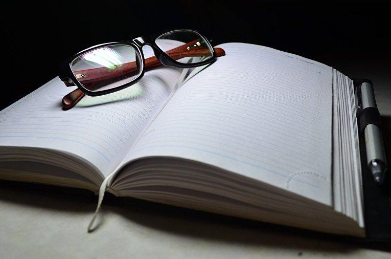 Очки, блокнот и ручка