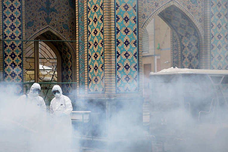 Дезинфекция в храме в связи со вспышкой коронавируса в Мешхеде, Иран