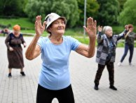 """Пожилые женщины на занятиях в рамках программы """"Московское долголетие"""" в Покровском парке в Москве"""