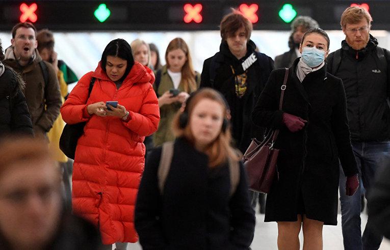 Пассажиры на вокзале Ватерлоо Лондоне
