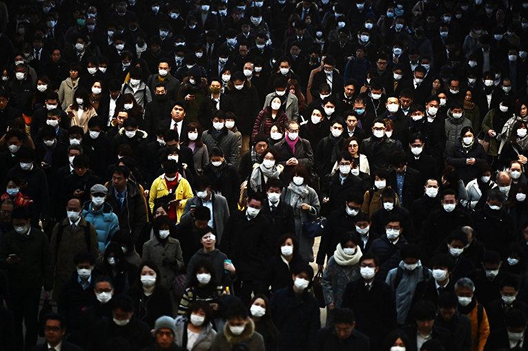 Пассажиры на железнодорожном вокзале Синагава в Токио, Япония