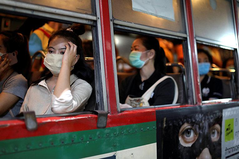 Пассажиры автобуса в Бангкоке, Таиланд