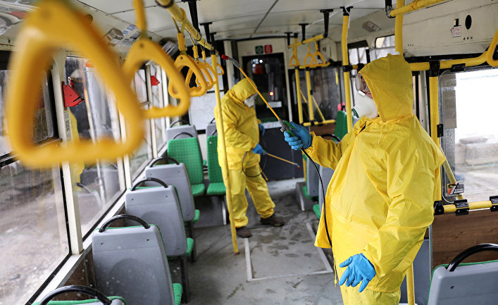 Санитарная обработка салона троллейбуса во Львове, Украина