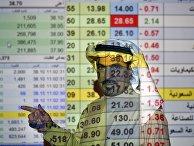Трейдер говорит о ценах на нефть в банке в Эр-Рияде, Саудовская Аравия