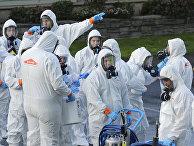 Рабочие в защитных костюмах в Киркленде, штат Вашингтон, США