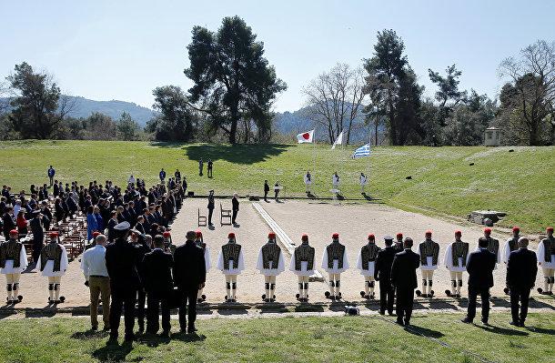 Участники церемонии зажжения Олимпийского огня в Олимпии