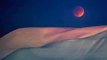 Луна над сопкой неподалеку от Лонгйира, Шпицберген