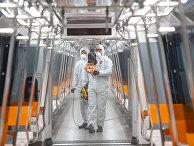 Сотрудники стамбульского метро дезинфицируют вагоны