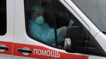 Машина скорой медицинской помощи на территории Клинической инфекционной больницы им. С. П. Боткина