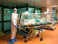 Медицинский работник в защитных костюмах переводят пациента с коронавирусом в больнице Гемелли в Риме, Италия