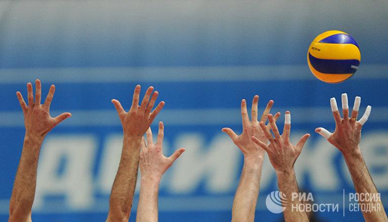 Игровой момент первого матча финальной серии российской мужской Суперлиги