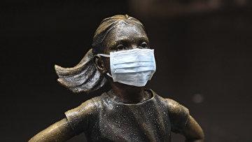 """Хирургическая маска на статуе """"бесстрашной девушки"""" у здания Нью-Йоркской фондовой биржи"""