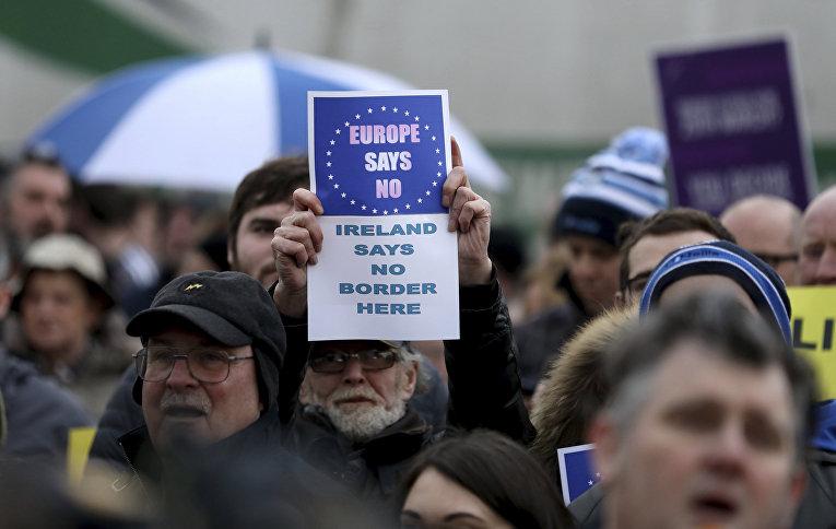 Участники акции протеста в Ньюри, Великобритания