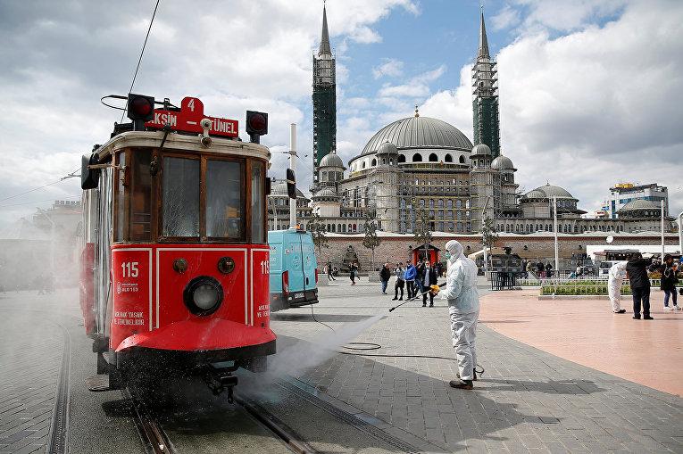Дезинфекция трамвая в Стамбуле, Турция