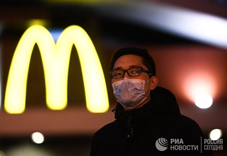 Мужчина в защитной маске на Пушкинской площади в Москве