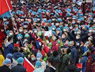 Медицинский персонал празднует выписку пациентов из больницы в Ухане, Китай