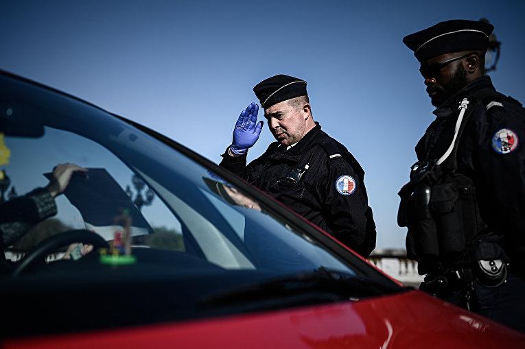 Полиция проверяет автомобили в Париж