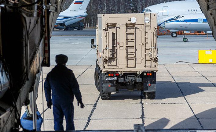 Телефонный разговор между Конте и Путиным о коронавирусе встревожил правительство: «Вместо помощи в Италию приезжают российские военные» (La Stampa, Италия)