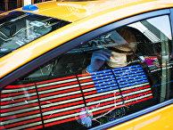 Таксист в маске и перчатках в Нью-Йорке.