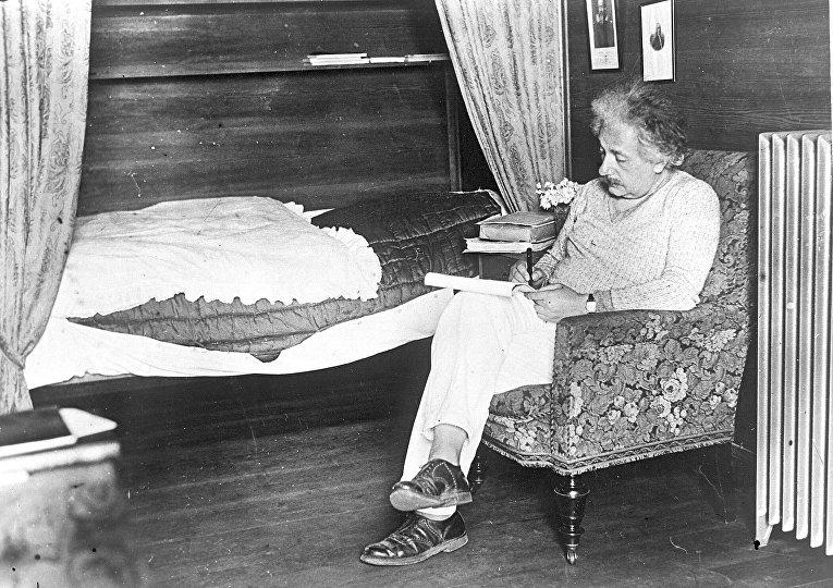 Профессор Альберт Эйнштейн работает в своем загородном доме недалеко от Берлина