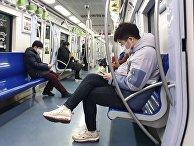 Пассажиры пекинского метро в медицинских масках