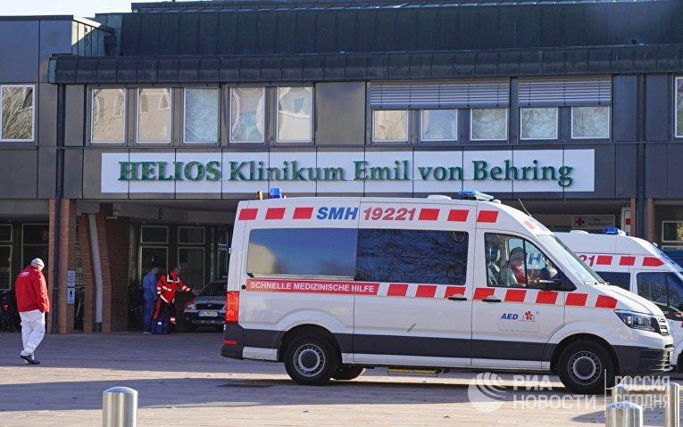 """Машины скорой помощи у больницы """"Хелиос-клиник Эмиль фон Беринг"""" в Берлине"""