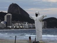 Статуя Христа, сделанная из песка на пляже в Рио-де-Жанейро, Бразилия