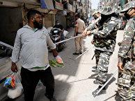 Полицейские используют дубинки в качестве наказания за нарушение правил самоизоляции в Нью-Дели