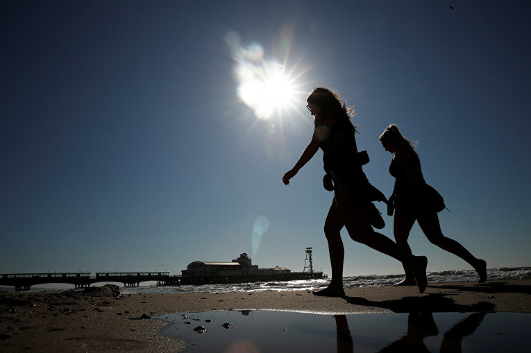 Люди на пляже Борнмута в Великобритании