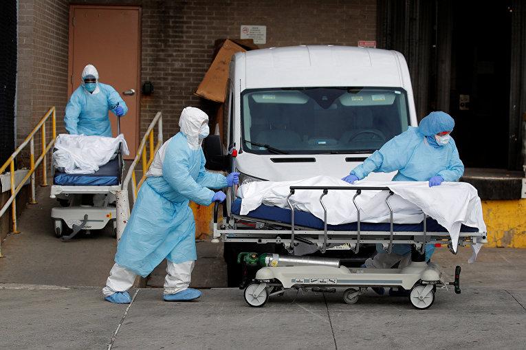 Персонал медицинского центра Wyckoff Heights в Нью-Йорке, США