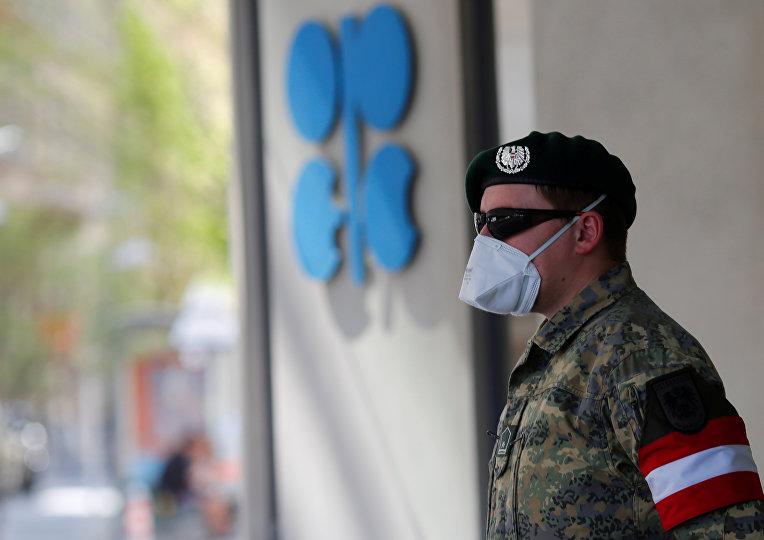 Австрийский военный перед штаб-квартирой ОПЕК в Вене, Австрия