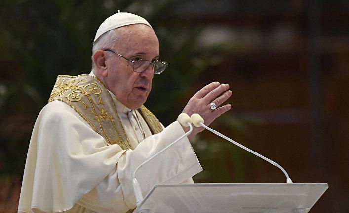 Папа Римский Франциск произносит во время пасхальной воскресной мессы в Ватикане