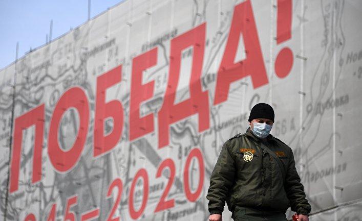 Сотрудник охраны в защитной маске на одной из улиц Москвы