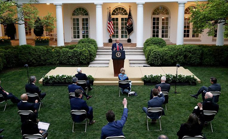 Президент США Дональд Трамп во время ежедневного брифинга в Вашингтоне