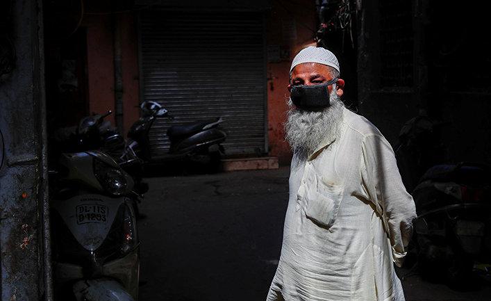 Мусульманин в защитной маске в Дели, Индия
