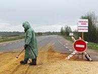 Сотрудник санитарных служб на пропускном пункте у одной из деревень Новгородской области, где установлен карантин по африканской чуме свиней