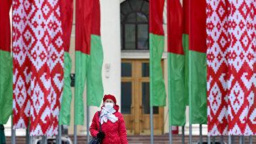 Женщина в маске в центре Минска