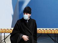 Священнослужитель принимает участие в освящении пасхальных куличей в Киеве