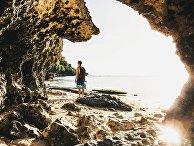 Турист на фоне пещеры