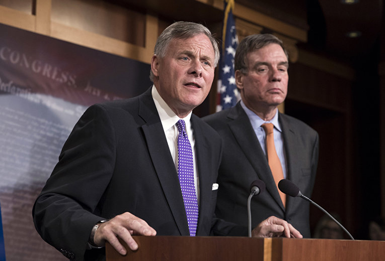 Председатель сенатского Комитета по разведке Ричард Берр и заместитель председателя сенатского Комитета Марк Уорнер