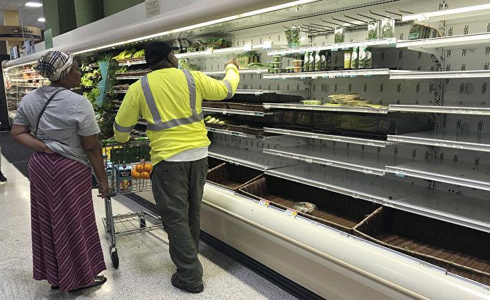 Покупатели в магазине в Майями, штат Флорида, США