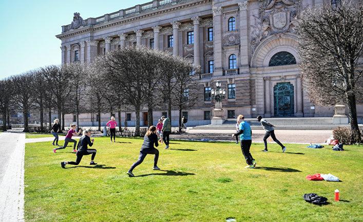 21 апреля 2020. Жители Стокгольма занимаются спортом, соблюдая социальную дистанцию, Швеция