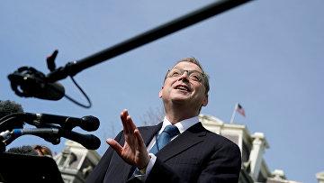 Советник Белого дома по вопросам экономики Кевин Хассетт общается с журналистами в Вашингтоне, США