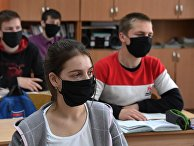 Ученики в защитных масках на уроке в школе