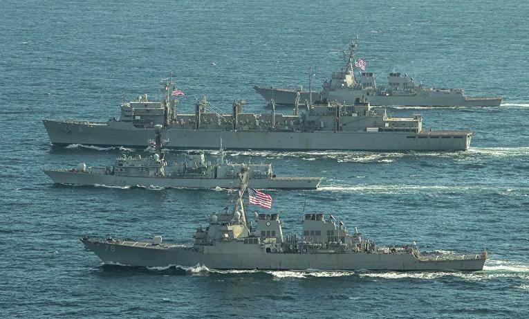 """Эсминцы ВМС США """"Портер"""", """"Дональд Кук"""" и """"Франклин Рузвельт"""" и британский фрегат """"Кент"""" во время учений в Баренцевом море"""